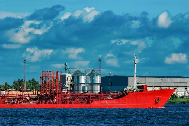 Czerwony statek tankowiec porusza się nad rzeką