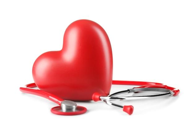 Czerwony stetoskop i serce na białym tle