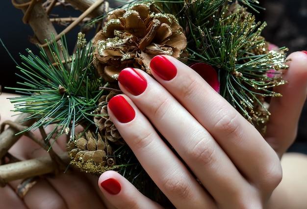 Czerwony świąteczny manicure