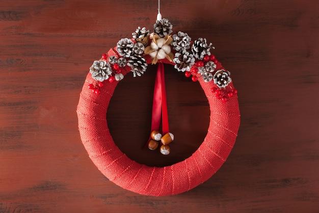 Czerwony świąteczny wieniec ręcznie robiony diy drewniany stół