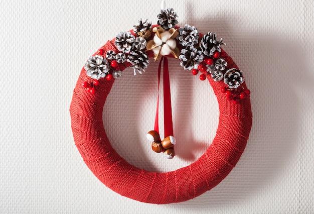 Czerwony świąteczny wieniec ręcznie robiony diy