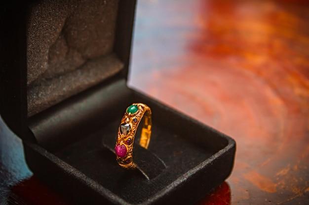 Czerwony szafirowy złoty pierścionek.