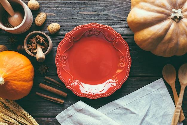 Czerwony talerz, banie i pikantność na drewnianym tle