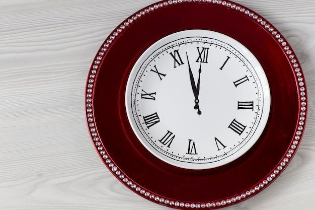 Czerwony talerz i biały talerz z wizerunkiem zegara