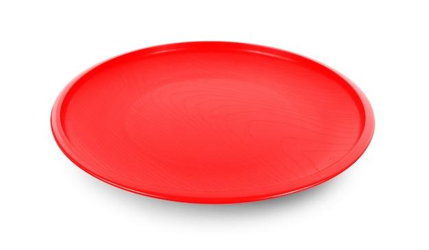 Czerwony talerz na białym tle.