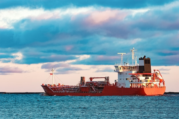 Czerwony tankowiec ładunkowy przemieszcza się na morze bałtyckie
