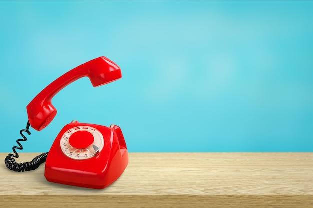 Czerwony telefon retro na białym tle