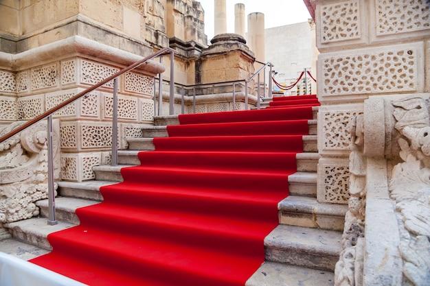 Czerwony tor na schodach starego miasta valletta na uroczystość festiwalu filmowego valletta