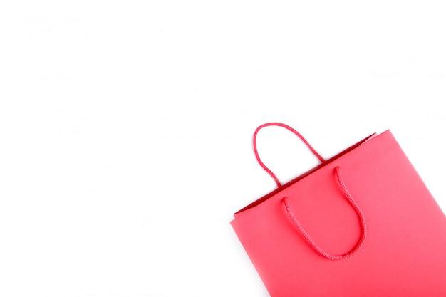 Czerwony torba na zakupy odizolowywający na białym tle
