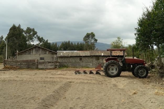 Czerwony traktor w polu