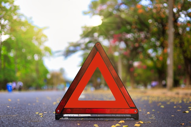 Czerwony trójkąt, czerwony znak stopu awaryjnego, czerwony symbol alarmowy na drodze.