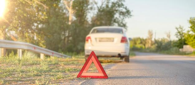 Czerwony trójkąt na drodze jako symbol wypadku samochodowego na autostradzie on