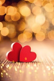 Czerwony w kształcie serca na drewnianym tle.