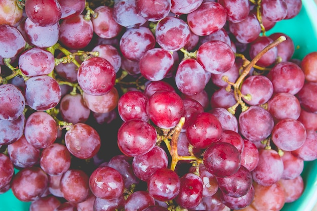 Czerwony winogrono z wodnymi kroplami, zakończenie