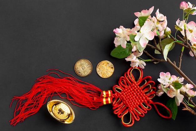 Czerwony wisiorek i kwiat wiśni na chiński nowy rok