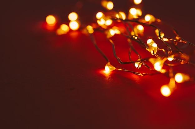 Czerwony z podświetlanymi światłami girlandy