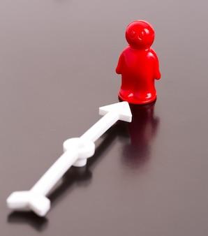 Czerwony zabawka mężczyzna i strzała