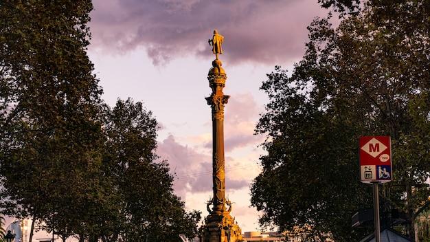 Czerwony zachód słońca w barcelonie
