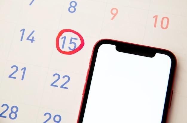 Czerwony zakreślacz z oznaczeniem dnia owulacji w kalendarzu