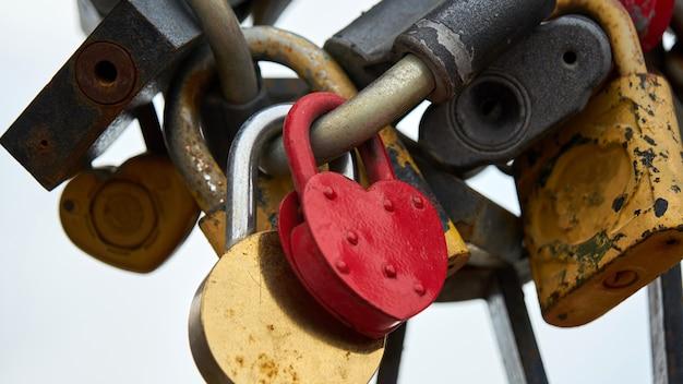 Czerwony zamek w kształcie serca z kluczem i innymi zamkami. tomsk, rosja