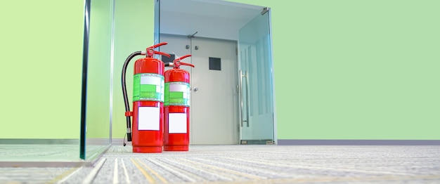 Czerwony zbiornik na gaśnicę w budynku.