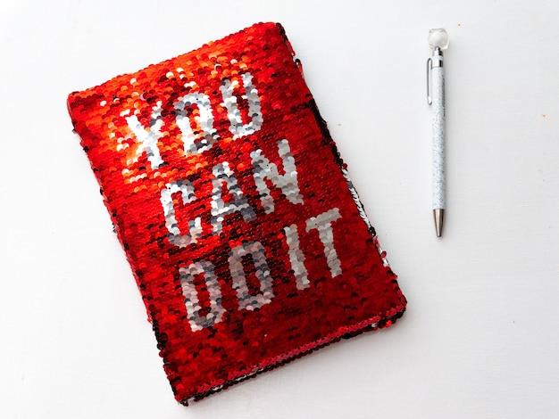 Czerwony zeszyt z napisem - możesz to zrobić.