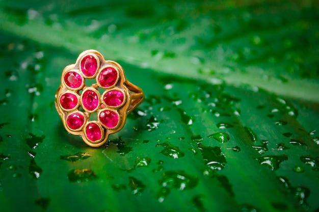 Czerwony złoty pierścionek z szafirem