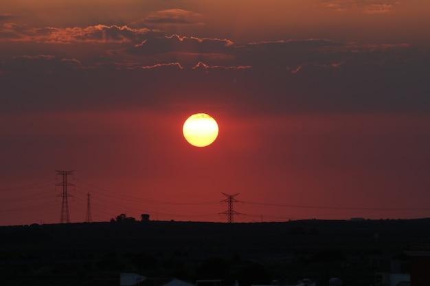 Czerwony zmierzch z dużym słońcem