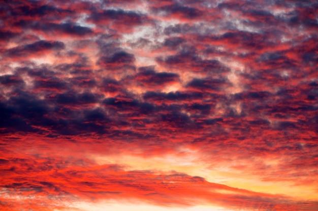 Czerwony zmierzchu niebo z dramatycznymi chmurami