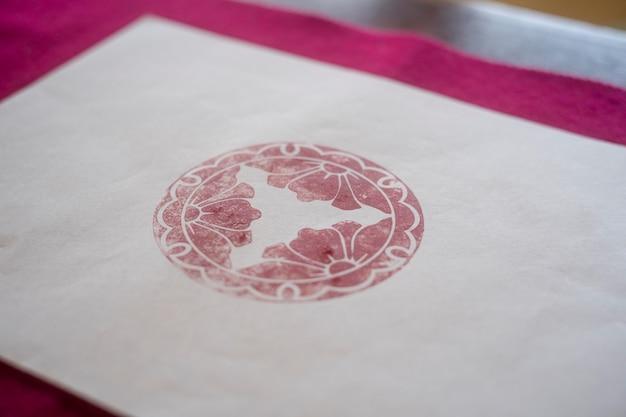 Czerwony znaczek na papierze origami