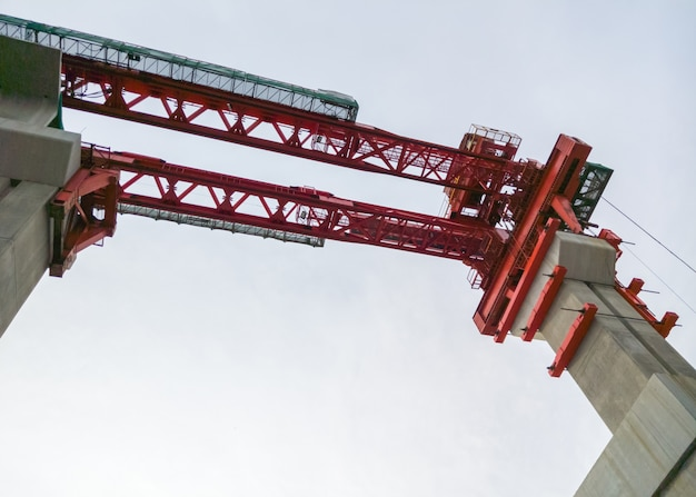 Czerwony żuraw dla budowy pociągu most.