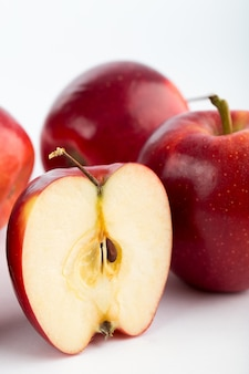 Czerwonych jabłek pulchny soczysty świeży dojrzały odosobniony na białym biurku