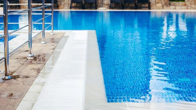 Część basenu z turkusową wodą.