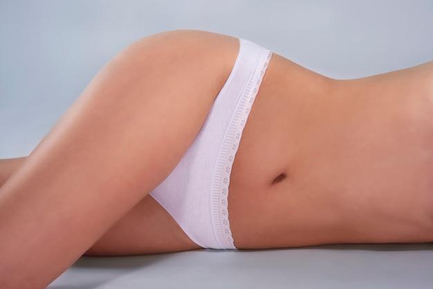 Część ciała kobiety o naturalnym kształcie