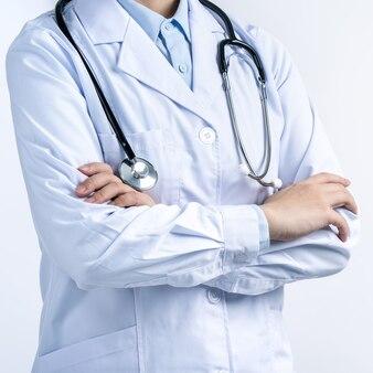 Część ciała lekarza z gestem ręki, młoda kobieta lekarz ze stetoskopem na białym tle, zbliżenie, przycięty widok, miejsce
