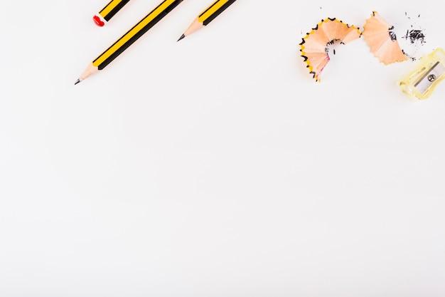 Część czarno-żółtych ołówków, ostrzenia i wiórów