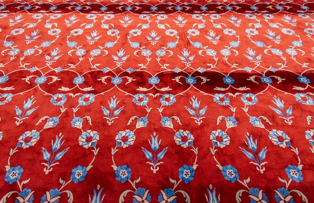 Część czerwonego dywanu lub dywanu w muzułmańskim meczecie. mata modlitewna w błękitnym meczecie w stambule