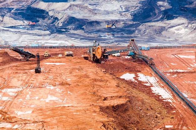 Część dołka z wielką górniczą ciężarówką pracującą