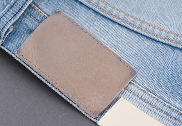 Część dżinsowych spodni z tylnymi kieszeniami i metką, zbliżenie