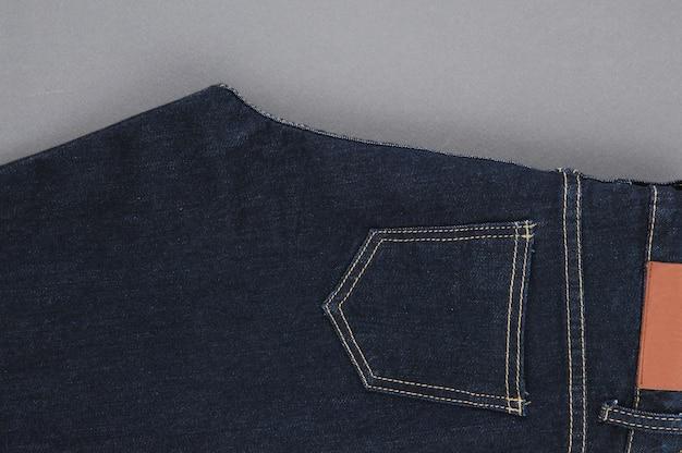 Część dżinsowych spodni z tylnymi kieszeniami i metką