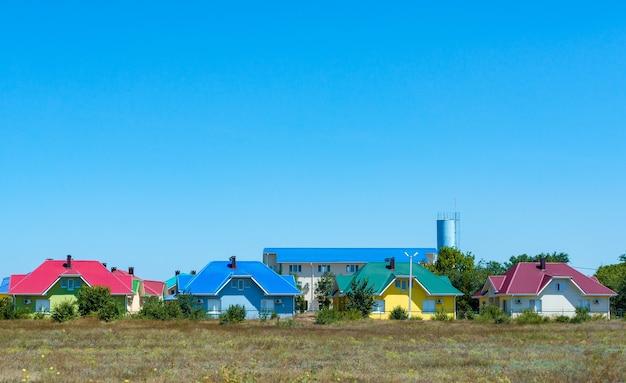 Część kolorowej zabudowy szeregowej w nadmorskim miasteczku na zachodzie kraju