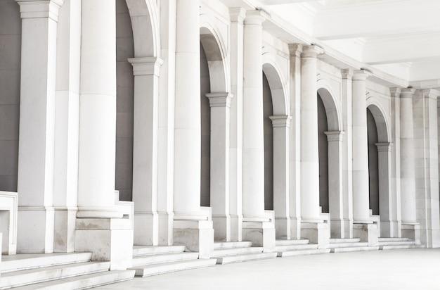 Część pięknego starego kościoła w fatimie w portugalii. białe kolumny tworzą ładne tło