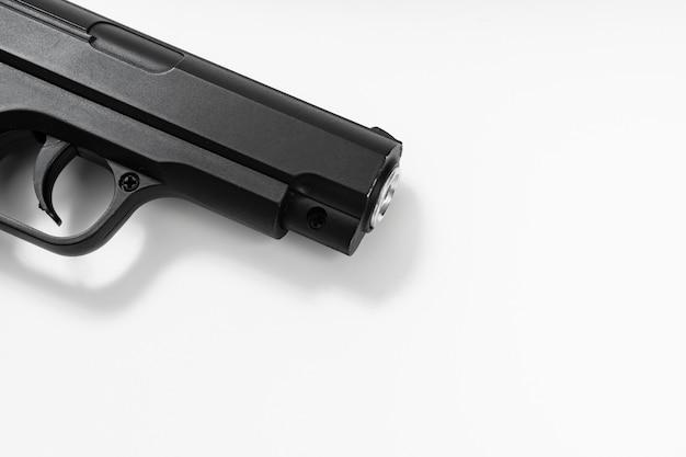 Część pistoletu zabawka czarny na białym tle. niebezpieczne zabawki. broń. męskie gry i hobby. zakaz noszenia broni.
