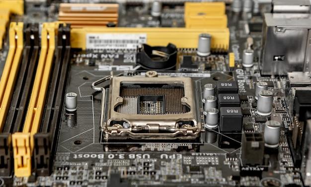 Część płyty głównej z gniazdem procesora i innymi złączami do umieszczenia dodatkowych modułów.