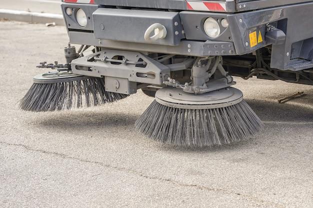 Część pojazdu do czyszczenia ulic. praca zamiatarki ulicznej