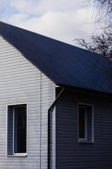 Część prywatnego domu z dachem i oknami. hipoteka na mieszkanie