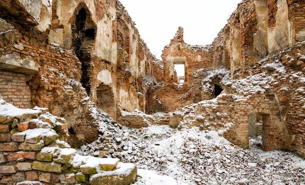 Część ruin i zrujnowanych murów