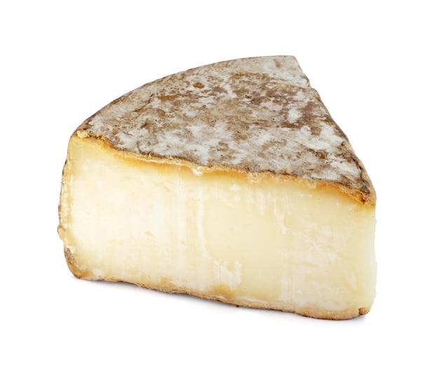 Część sera tomme de savoie na białym tle