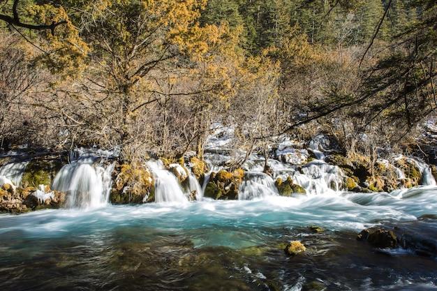 Część shuzheng wodospad z przepływem wody