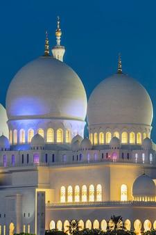 Część słynnego meczetu szejka zayeda w abu zabi nocą, zea.